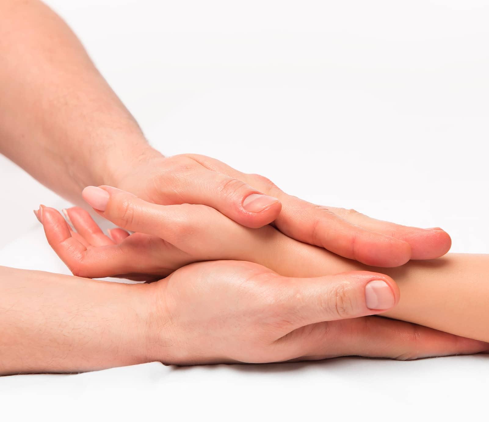 Massage mains : soins spécifiques | découvrez le prix de cette technique à Paris | BCBG